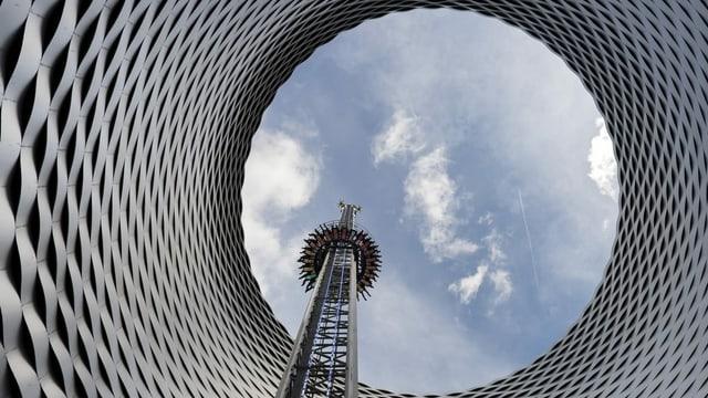 Falling Tower und Hauptgebäude der Messe Schweiz