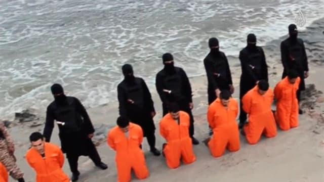 Ils Copts egipzians stattan en schanuglias avant ils extremists dal Stadis islamic.