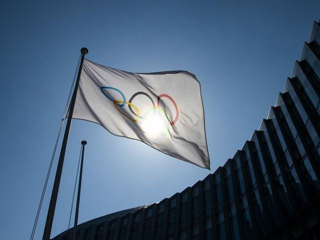 Olympische Flagge vor der Sonne im Winde wehend