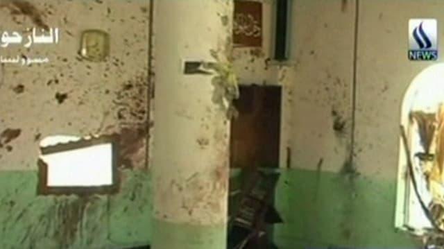 Explosionsspuren an den Wänden der überfallenen Moschee.