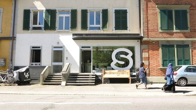 Häuserfassade, Schaufenster mit grossem S