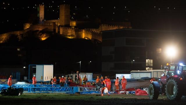 Pumpiers e gidonters fan urden cun la tenda donnegiada da Zirkus Knie