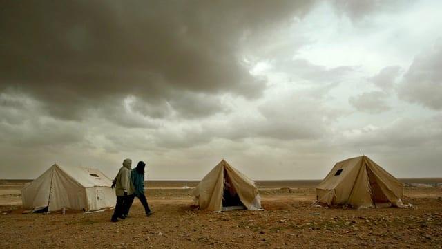 Drei Zelte in der Wüste, dunkle Wolken, zwei Männer gehen vorbei.