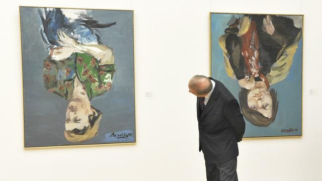 Ein Besucher betrachtet Bilder des Malers Georg Baselitz im Albertinum in Dresden.