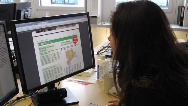 Eine Frau liest den text im SVP Kurier