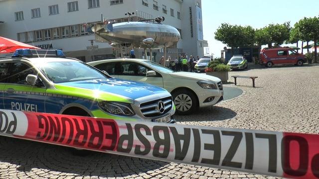 Die Polizei sperrt in Friedrichshafen nach einer Bombendrohung den Platz am Hafen ab.