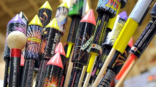 Feuerwerkskörper stehen in einem Laden zum Kaufen bereit.