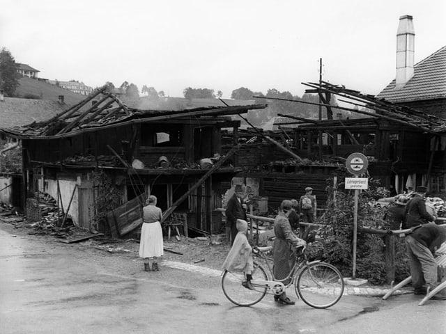 Die Bevölkerung von Riggisberg sucht nach der Bombardierung in den zerstörten Häusern nach ihrem Hab und Gut.