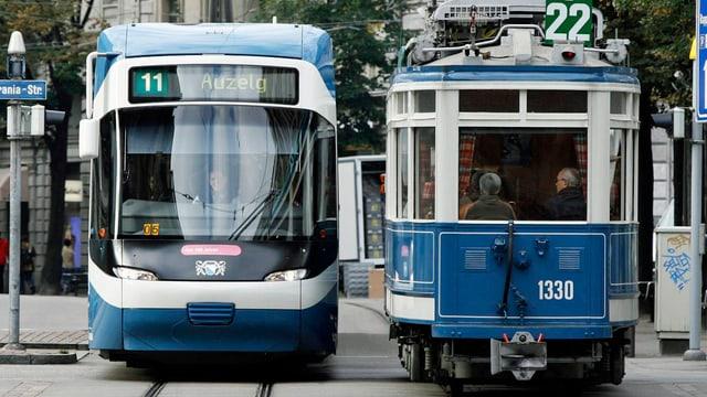 Eine Linie der Tram-Nummer-11 kreuzt in der Zürcher Innenstadt ein Nostalgie-Tram mit der heute nicht mehr bestehenden Nummer 22.