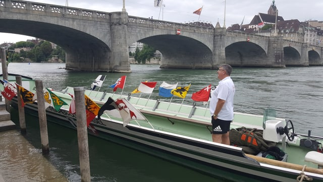 Ein Langboot unter der Mittleren Brücke.