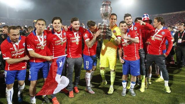 l'equipa naziunala da ballape dal Chile sa legra da sia victoria