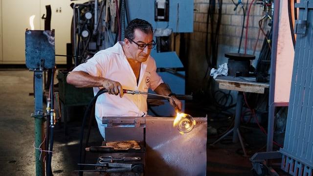 Ein Mitarbeiter der Glasi Hergiswil bei der Arbeit.