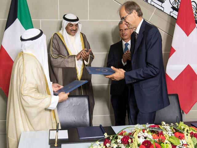 Pio Wennubst beim Besuch einer kuwaitischen Delegation in Bern, zusammen mit Didier Burkhalter (29.8.2016)