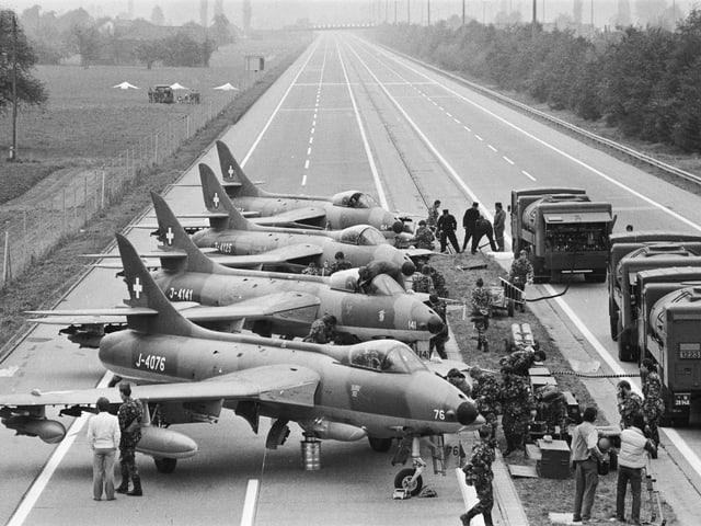 Hunter-Hawker-Kampfflugzeuge stehen auf einem gesperrten Autobahnabschnitt