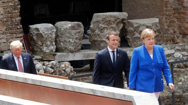 Merkel, Macron und Trump gehen in einer Reihe