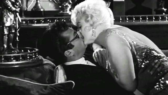Frau küsst Mann.