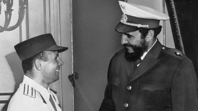 Castro und Gagarin tauschen ihre Hüte.