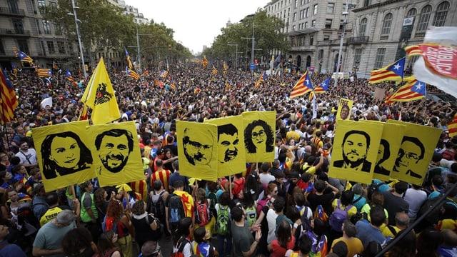 Demonstranten halten Bilder der Verurteilten in die Luft