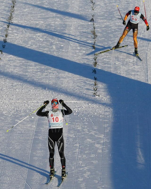 Tim Hug überquert die Ziellinie vor Björn Kircheisen.