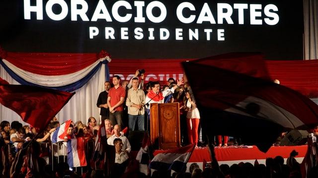 Der neue Präsident auf einer grossen Bühne.
