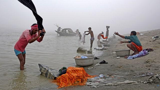 Im Brahmaputra waschen die Leute auch ihre Kleider.