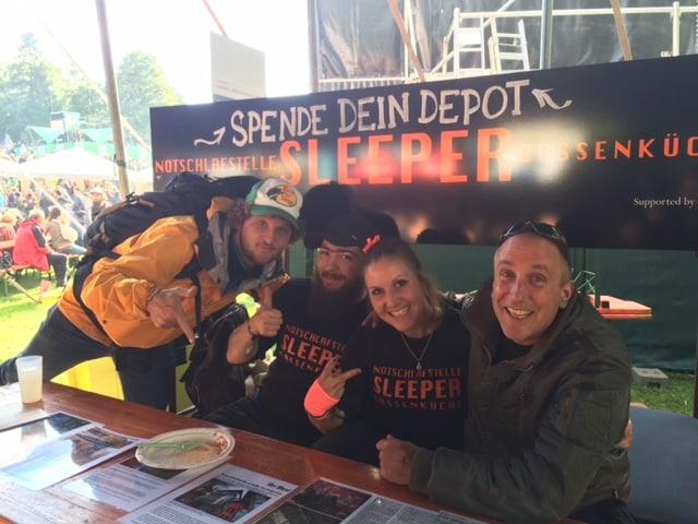 Vier Mitglieder des Vereins Sleeper am Stand auf dem Gurtenfestival