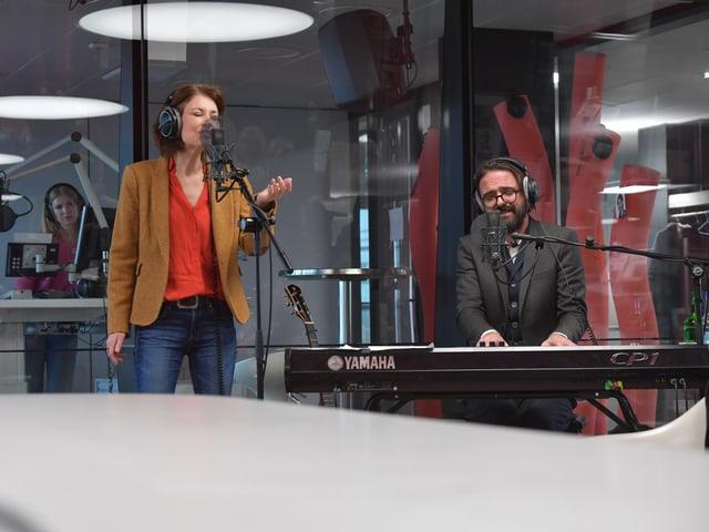 Sina singt mit viel Leidenschaft, rechts davon ihr Pianist