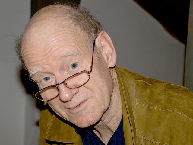 Der Schriftsteller Franz Hohler blickt fragend in die Kamera.