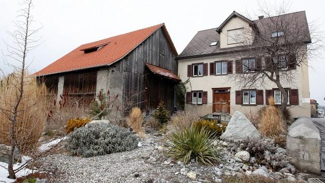 Schulhaus mit angebauter Scheune