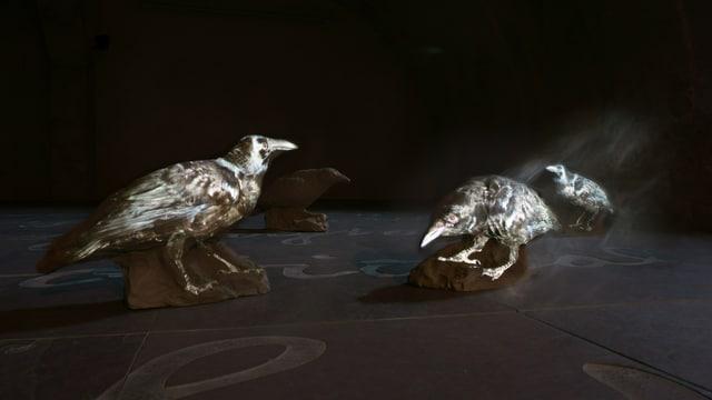 Raben, 2013, «Kinematografische Skulptur», Videoprojektion auf fünf lebensgrosse Raben aus Lehm.