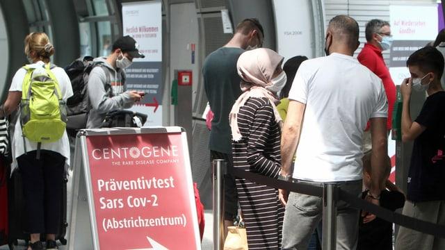 Wartende vor Corona-Testzentrum am Flughafen