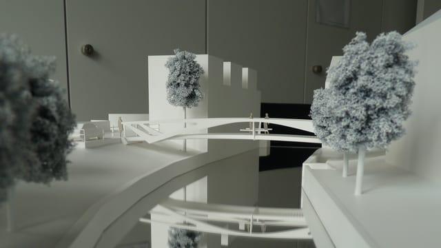 Ein Brückenmodell aus weissem Holz.