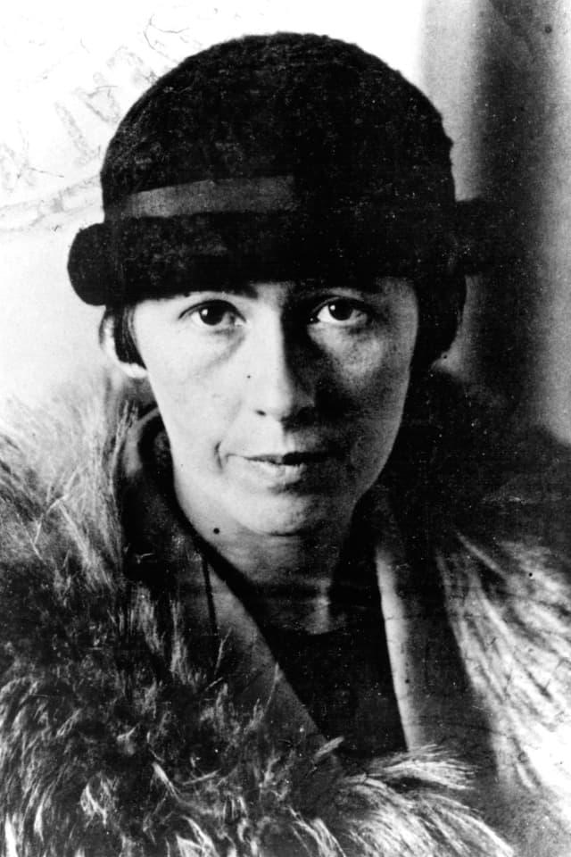 Foto (schwarz weiss) von einer Frau mit Hut und Pelzstola.