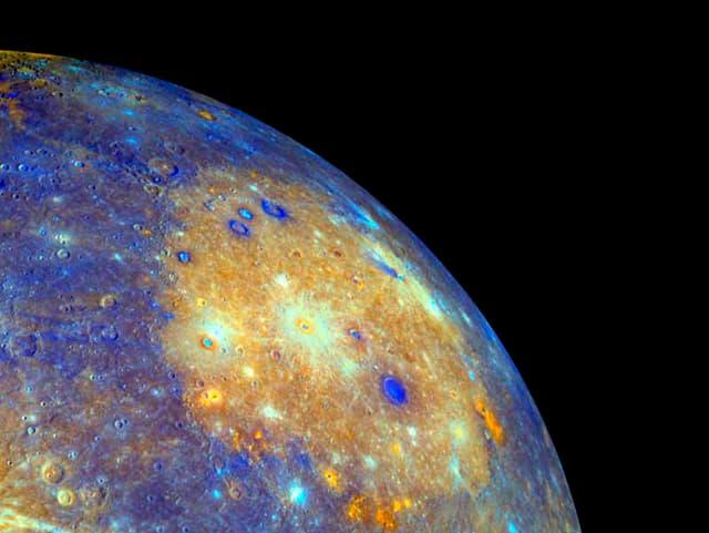 Ein Viertel des Merkur vor schwarzem Nachthimmel.