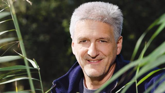 Porträt von Andreas Moser im Grünen.