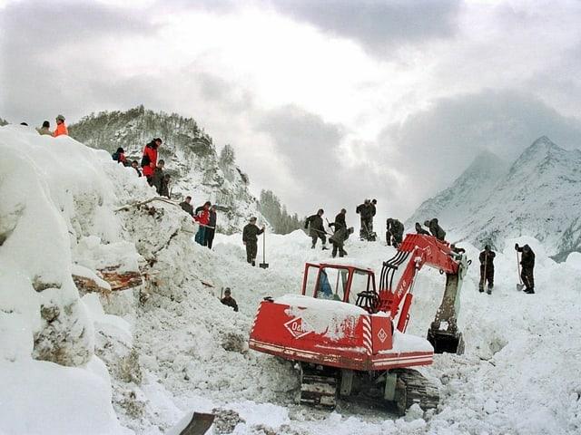 Viele Helferinnen und Helfer suchen im Schnee nach Überlebenden.
