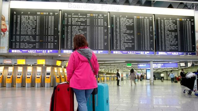 Einsamer Passagier in fast leerer Abflughalle des Flughafens Frankfurt