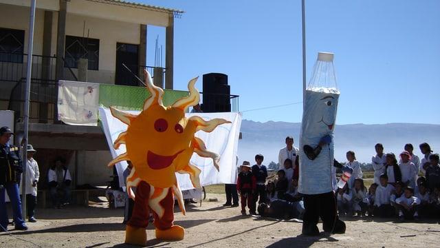Schauspiel in Kostümen als Sonne und Pet-Flasche erklären die Sodis-Methode der Bevöllkerung in Bolivien..