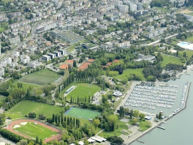 Die Plätze des TC Stade-Lausanne (in der Bildmitte) direkt am Ufer des Genfersees.