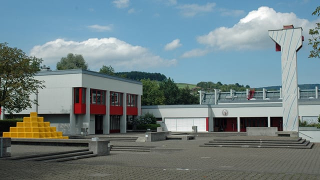Die Schulanlage Wisental in Baar von aussen