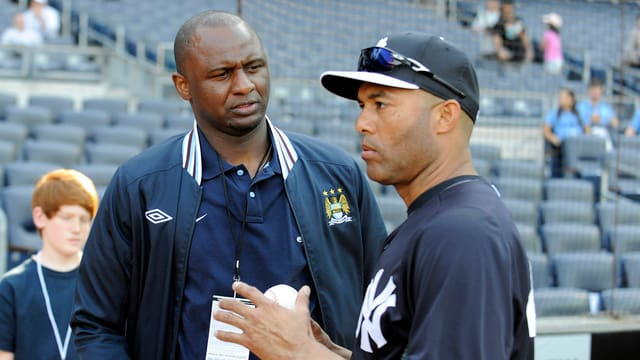Der ehemalige Manchester-City-Spieler Patrick Vieira (l.) im Gespräch mit New-York-Yankees-Pitcher Mariano Rivera.