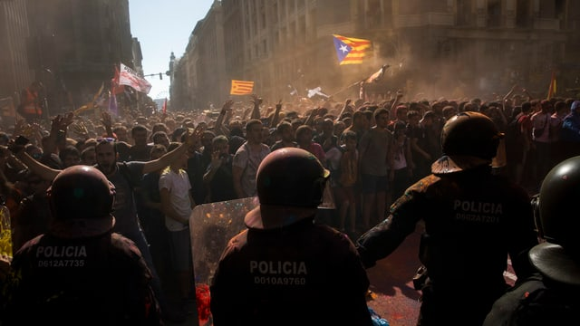 policists armads emprovan da tegnair enavos demonstrants a Barcelona