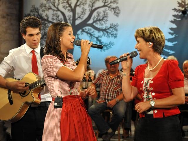 Die Mutter und Tochter von Oesch's die Dritten singen