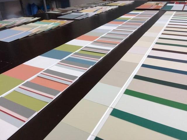 Tisch voller Farbpaletten