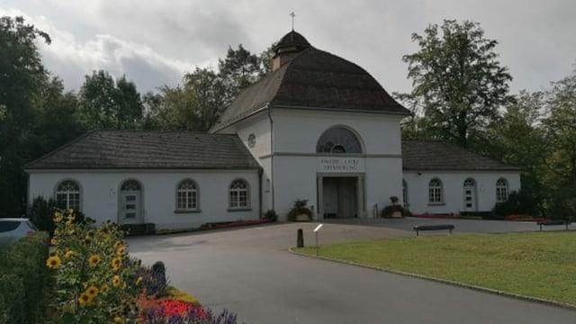 Altes Gebäude mit kirchenähnlichem Aufbau