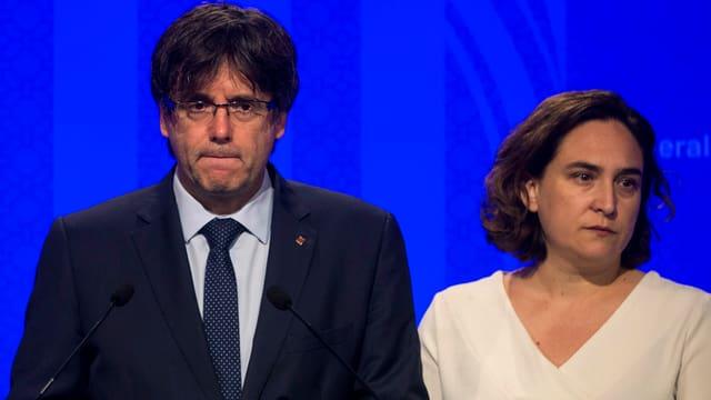 Der Chef der Regionalregierung Kataloniens, Carles Puigdemont, und die Bürgermeisterin von Barcelona, Ada Colau.