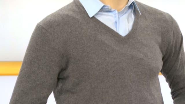 Schaufensterpuppe mit einem blauben Hemd und einem grauen Kaschmir-Pullover darüber
