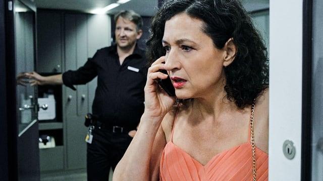 Eine Frau am Handy, aufgeregt