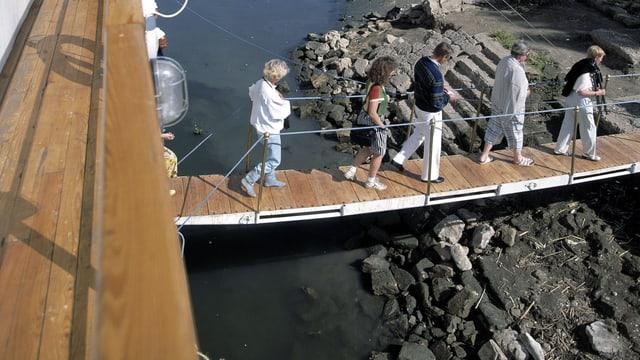 Teilnehmer einer Nil-Kreuzfahrt gehen von Bord