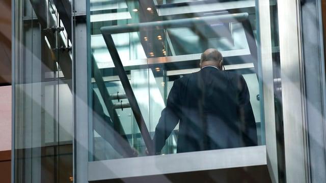SPD-Chef Martin Schulz von hinten in einem gläsernen Lift.